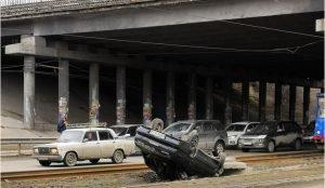 На трамвайных путях перевернулся автомобиль