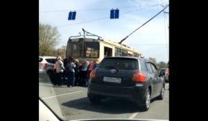 В Челябинске бабушки толкают троллейбус