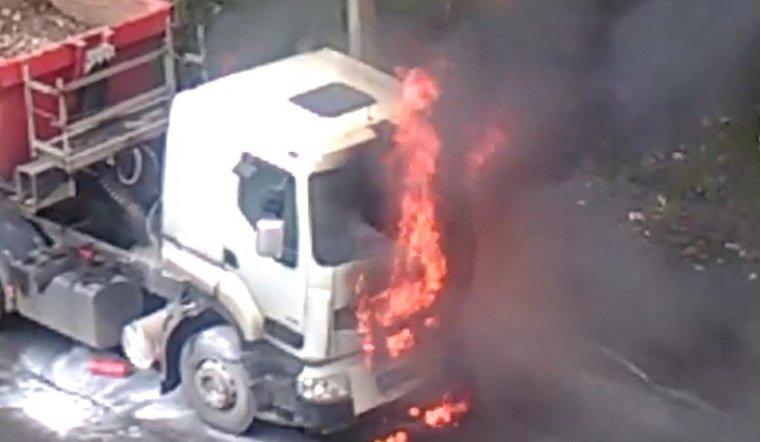 В Златоусте грузовик загорелся на ходу