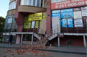 Обрушился фасад здания в Челябинске