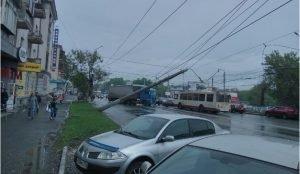 В Челябинске упала электропора