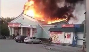 В Озерске загорелся магазин