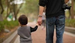 Невнимательный папа заюрал из детского сада не свою дочь