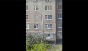На трерьем этаже многоэтажки ребенок позировал в окне