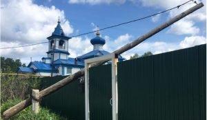 В Златоусте опора ЛЭП упала на забор