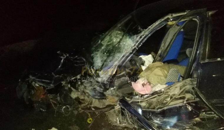 Легковушка попала в аварию с 2 грузовиками в Челябинской области
