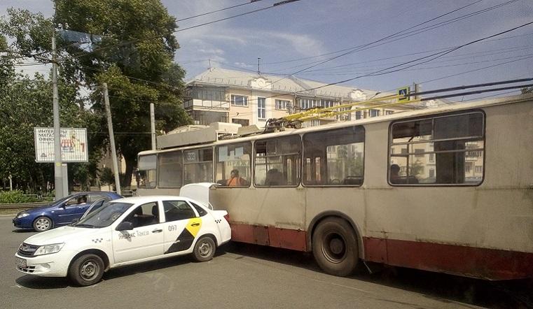 Троллейбус в Челябинске врезался в такси, пытаясь объехать ДТП