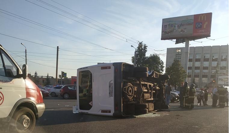Семь человек пострадали в аварии с перевернувшейся в Челябинске маршруткой