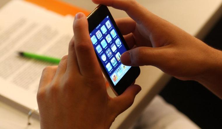 Школьникам запретят пользоваться телефонами на уроках