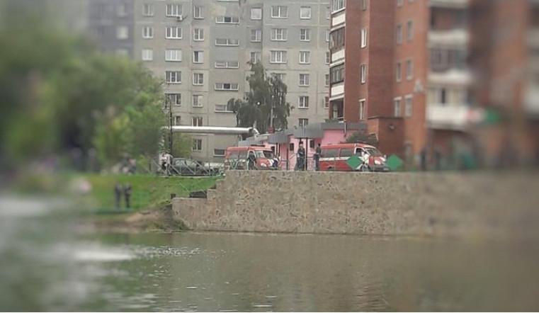 Тело утонувшего подростка достали из челябинского пруда