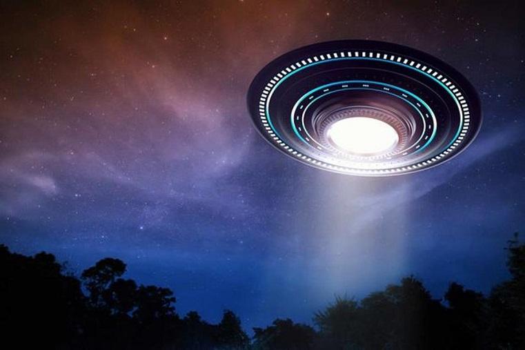 «Робот Федор с МКС светит»? Россияне обсуждают видео светящигося НЛО