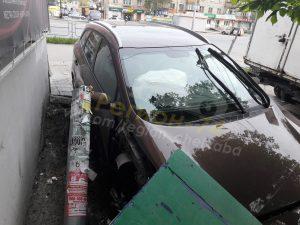 Иномарка врезалась в дерево в Челябинске