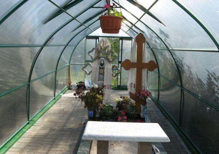 Посягнули на святое. На Урале разгорается скандал вокруг чудотворной могилы