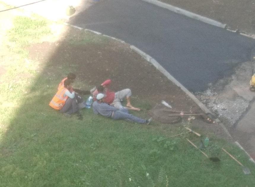 Пикник на обочине. Челябинцев возмутили отдыхающие дорожные строители