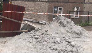 С жилого дома в Челябинске упала плита
