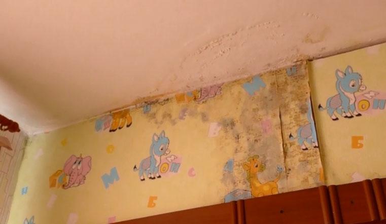 Водопады в квартире. Многодетная семья в Челябинске живет в экстремальных условиях