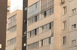 Мужчина грозит выброситься из окна на Тополиной аллее