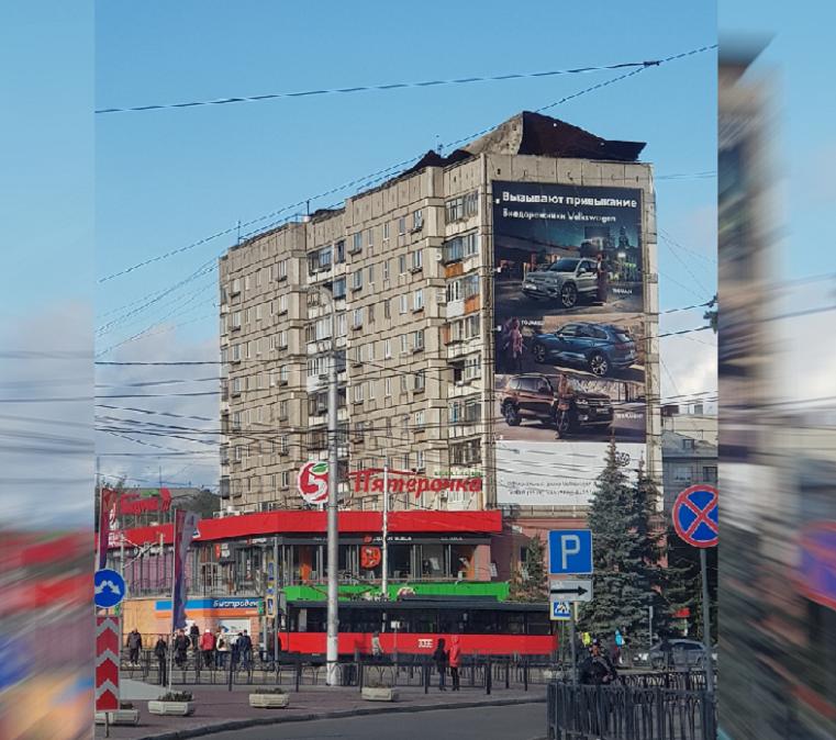 «Наслаждаемся скрежетом железа». В многоэтажке на Урале поехала крыша