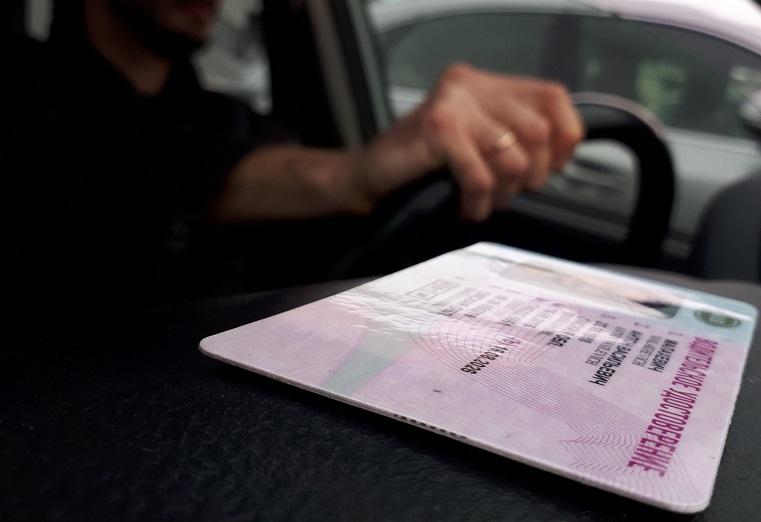 Автовладельцев в России хотят перевести на электронные водительские права