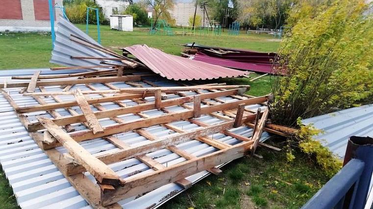 Снес забор колонии. Ураган на Урале срывал остановки, валил деревья ВИДЕО
