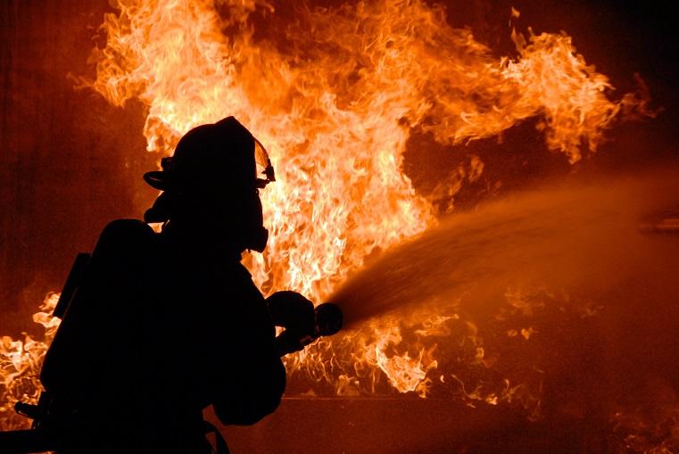 Черный дым. В частном секторе Челябинска загорелся склад ВИДЕО
