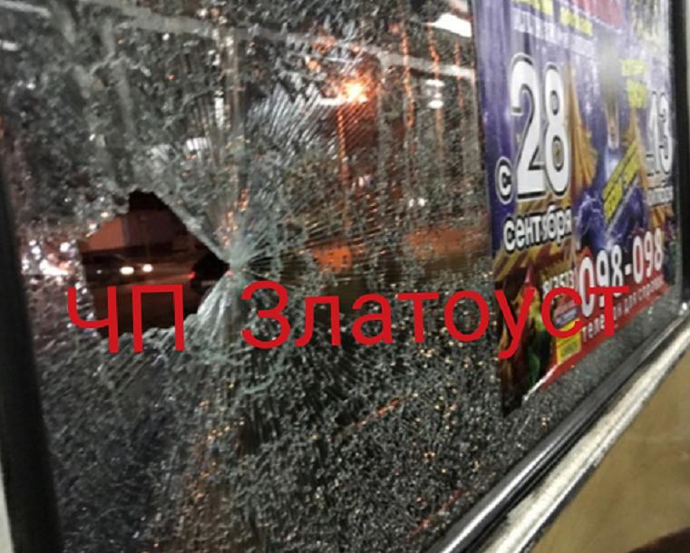 """Вынужденная """"вентиляция"""". Неизвестные бьют окна трамваев на Южном Урале"""