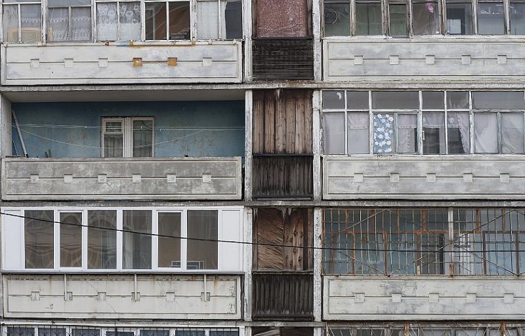 Картофельный обстрел. На Южном Урале дети бросают в прохожих мусор из окон ВИДЕО
