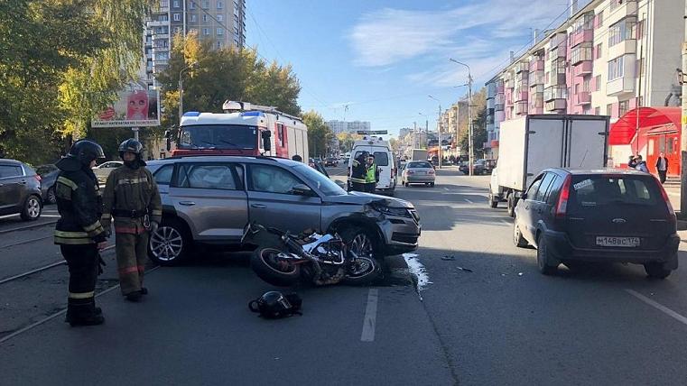 Чудом выжил. В Челябинске мотоциклист врезался в иномарку