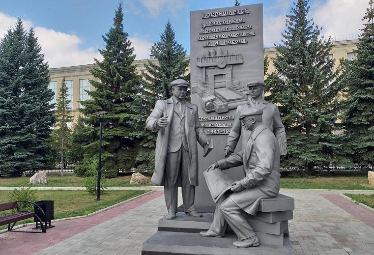 Украли чугунные очки. Вандалы в Челябинской области испортили памятник сталеварам