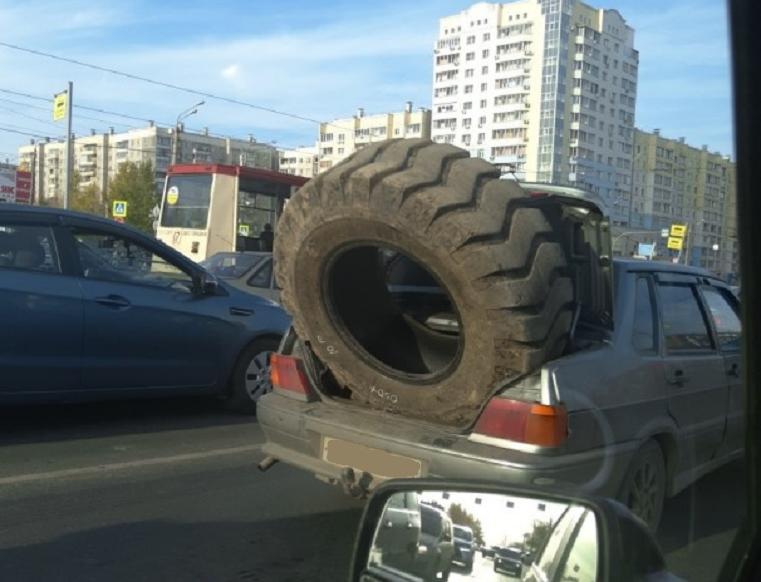 «Не по размеру». В Челябинске обсуждают легковушку с колесом от фуры
