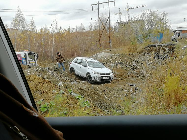 На Южном Урале водитель «похоронил» авто в яме из-за безалаберных дорожников