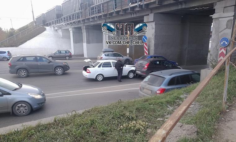 """""""Проклятое место"""". В Челябинске образовалась пробка из-за аварии под мостом"""