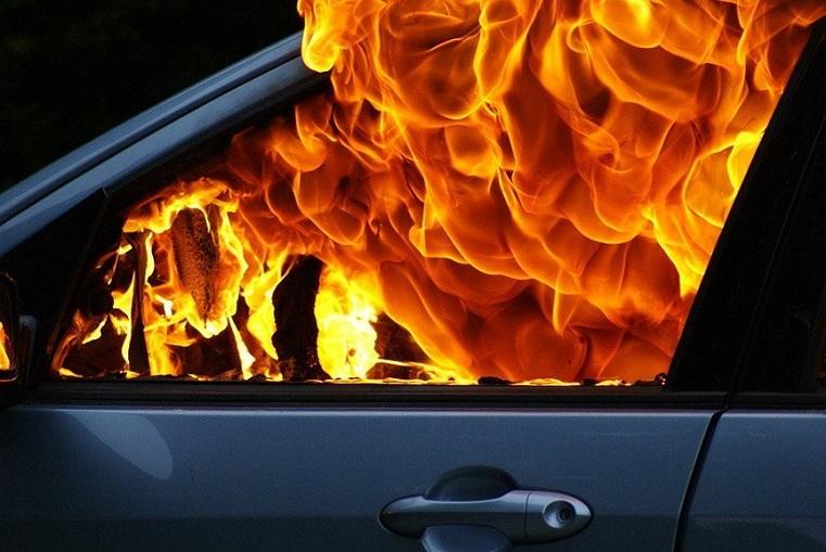Страшная месть. В Челябинской области неизвестные подожгли все авто во дворе