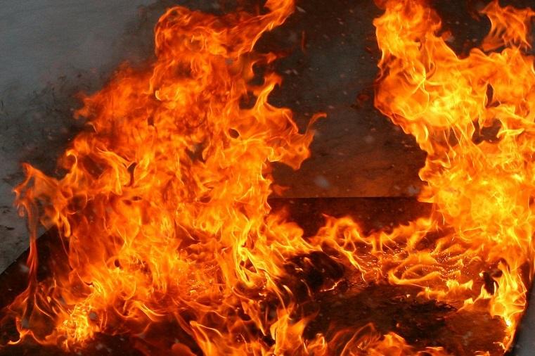 Кабина вспыхнула. В Челябинске на оживленной дороге загорелась фура