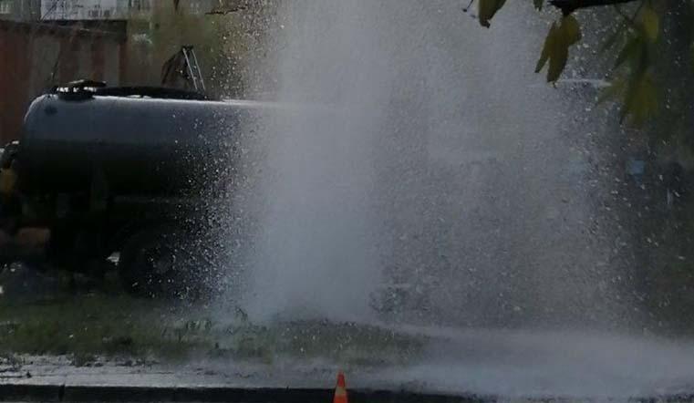 Пятиметровый фонтан. Вода забила из-под земли в Челябинске
