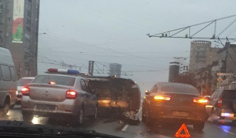 Центр стоит. Перевернувшееся авто создало пробку в Челябинске