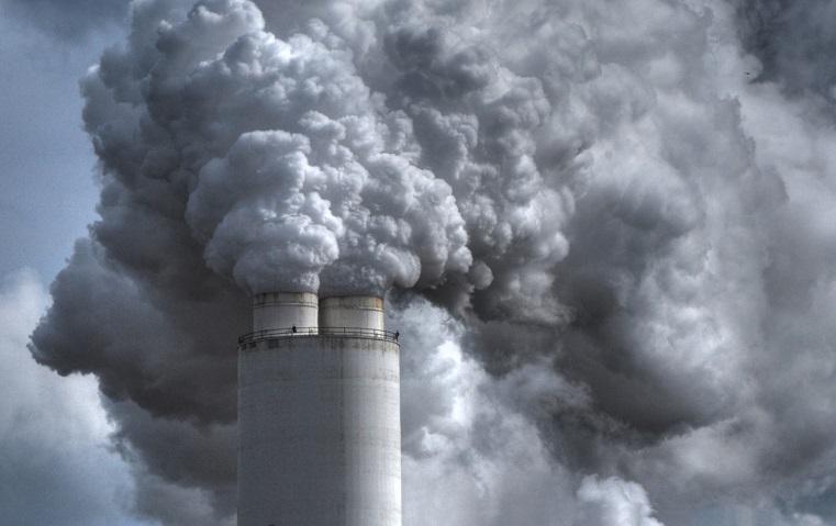 «Цинковый опять горит»? Челябинцев напугал дым, исходящий от завода