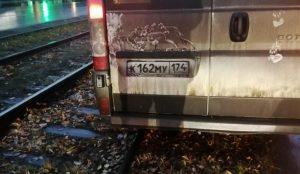 В Челябинске маршрутка застряла на трамвайных путях