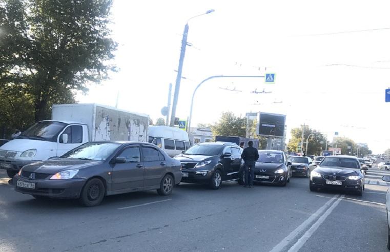 Утро не задалось. 5 автомобилей попали в ДТП на крупном перекрестке в Челябинске