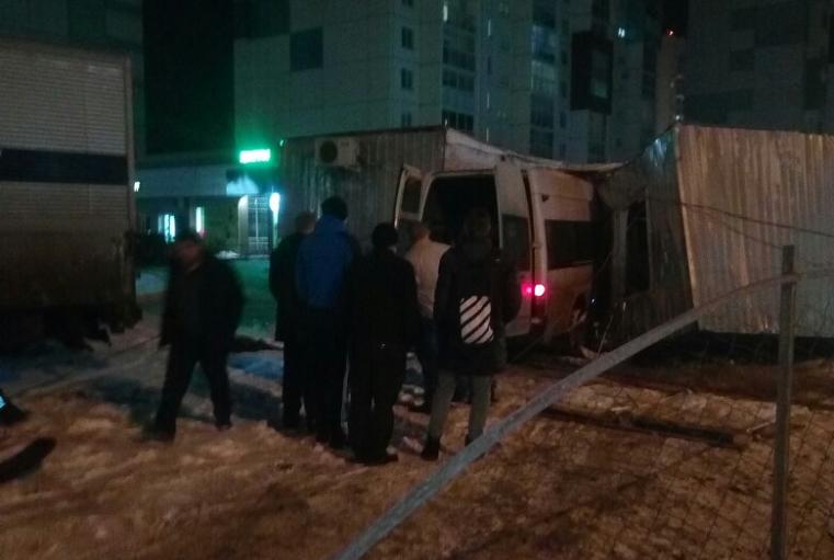 Мало фонарей. В Челябинске маршрутка протаранила строительный вагон