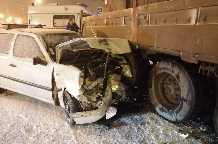 Не разъехались. Иномарка врезалась в полуприцеп в Челябинске