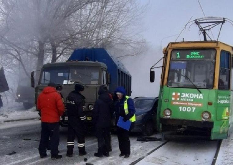 Под прессом. На Урале иномарку зажало между КамАЗом и трамваем