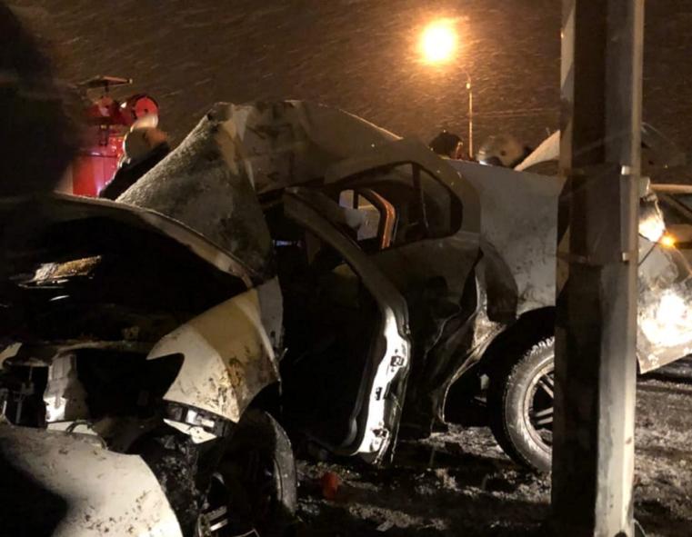 Машина всмятку. На трассе под Челябинском иномарка разбилась об столб