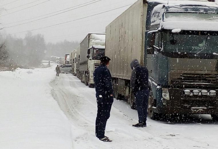 Фуры еле ползут. Снег затормозил трафик на трассе М5