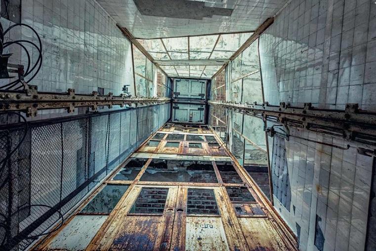 Погиб на месте. Мужчина упал в шахту лифта в Челябинской области