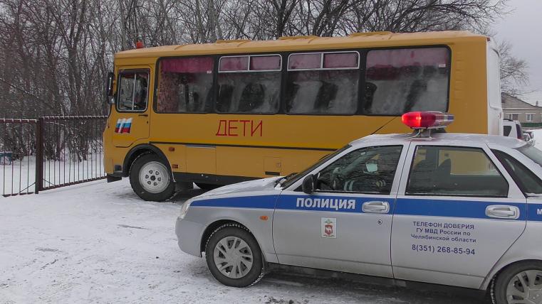 Школьный автобус с водителем-бесправником остановили сотрудники ГИБДД на Урале