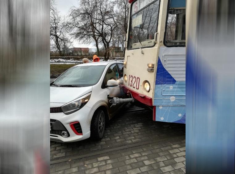 Движение встало. Трамвай врезался в иномарку в Челябинске