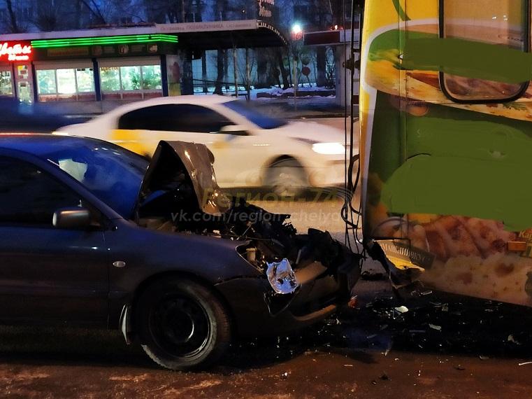 Металлический фарш. Легковушка разбилась об трамвай в Челябинске