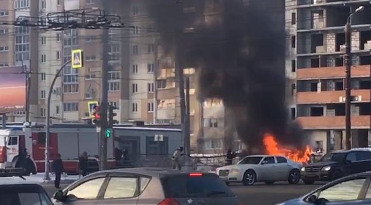 Спасти не удалось. В Челябинске на оживленной улице вспыхнул автомобиль ВИДЕО