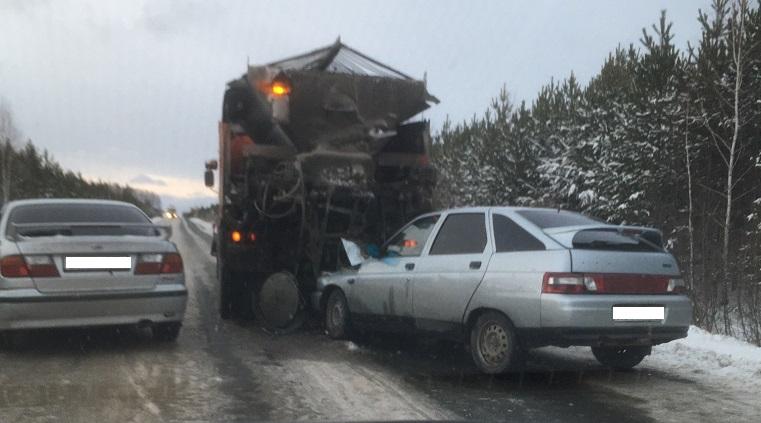 Сплошной лед. «Десятка» влетела в грузовик на Урале
